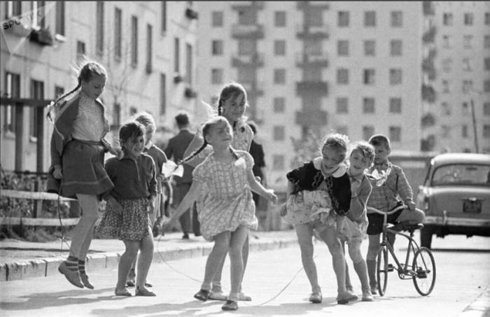 Советские дети активно проводили досуг, не задумываясь о том, во что одеты / Фото: yandex.ua