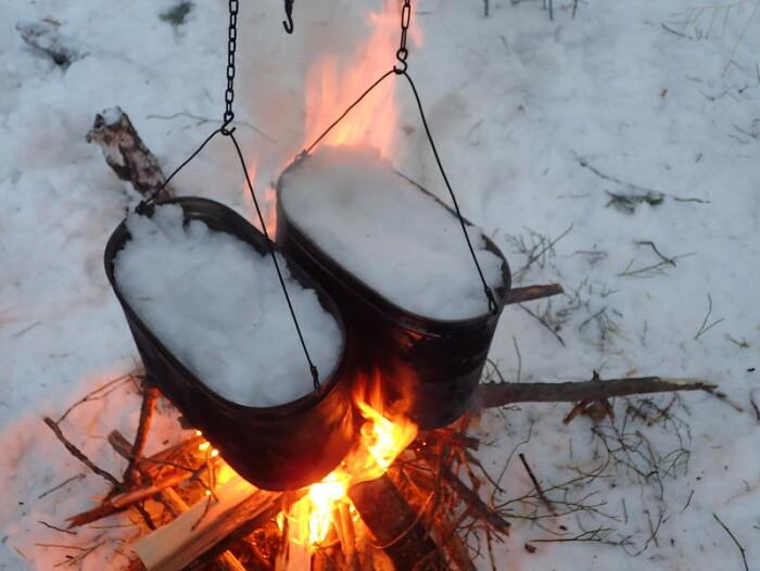 Для кратковременного использования снег, конечно, подойдет и поможет выжить, но пить такую воду на долгосрочной основе нельзя / Фото: liveinternet.ru
