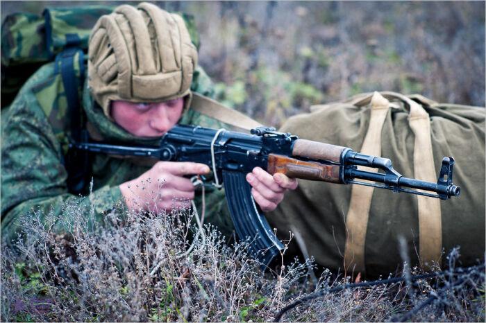 АК-47 и в самом деле отличается безотказностью и является надежным спутником бойца / Фото: popgun.ru