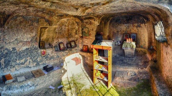 В далекие времена роль храма отводилась даже пещерам / Фото: krymtrek.ru