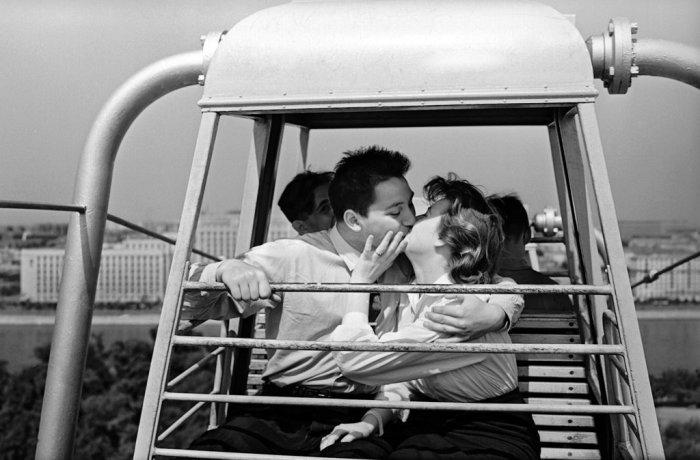 Иногда девушки позволяли себя поцеловать / Фото: kp.ru