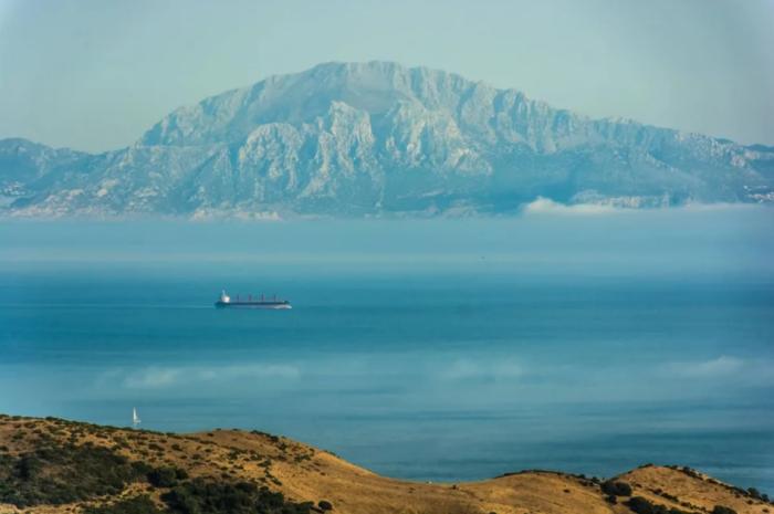 Течение в Гибралтарском проливе противоположное: в верхней части направление воды восточное, в нижней – западное / Фото: ua.news