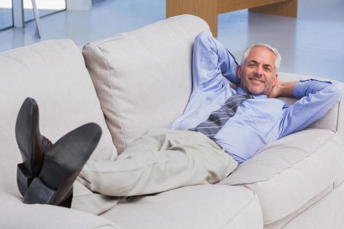 Лечь на диван в обуви - нормальное явление для американца / Фото: picfair.com