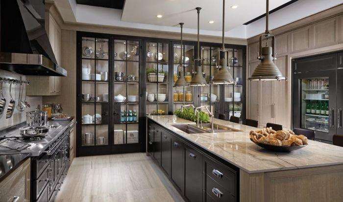 Кухня должна быть вместительная, а значит со множеством шкафчиков / Фото: pinterest.ph