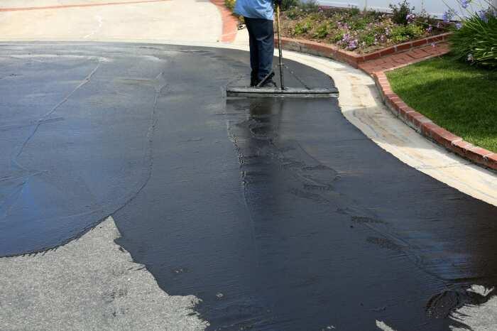 Каждые 3-5 лет на асфальтовое покрытие наносится специальная краска / Фото: cleanstripe.com