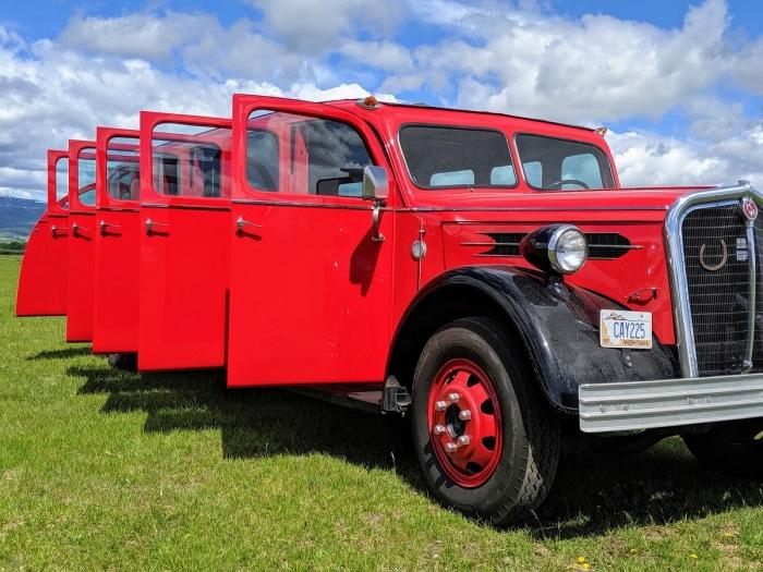 Автобус со множеством дверей появился в 1937 году для перевозки туристов на территории Национального парка Mount Rainier / Фото: autocentre.ua