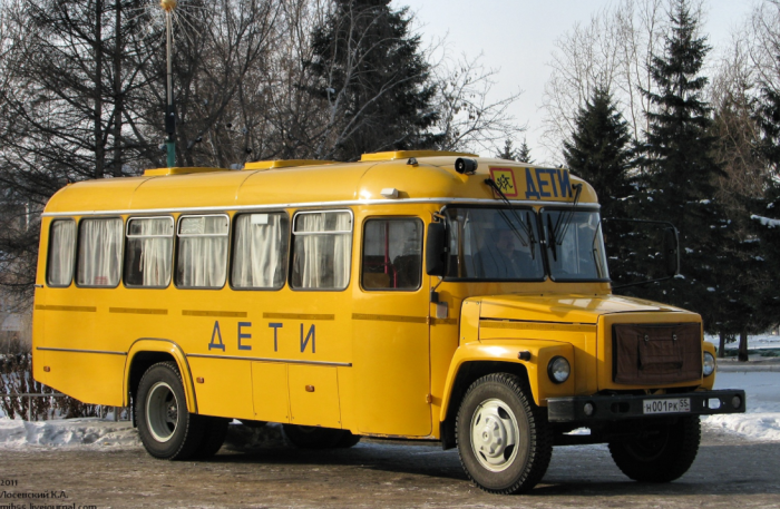 Школьные автобусы КАвЗ в отличие от аналогов ПАЗ имели капот / Фото: avto-nomer.ru