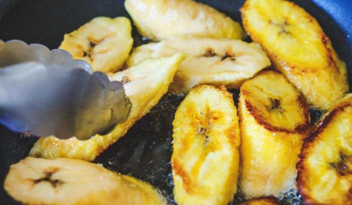 Бананы являются основным продуктом питания, из которого готовят много различных блюд, их тушат, жарят, варят, маринуют, вялят / Фото: fb.ru