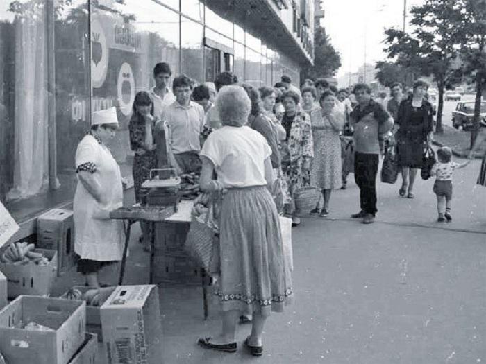 В 90-х купить бананы можно было в любом городе, а не только в столице / Фото: back-in-ussr.com
