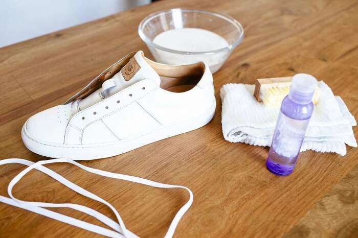 Для чистки белой подошвы существует много способов, но не все они эффективные / Фото: ru.virtonnews.com