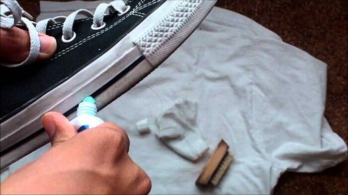 Первый вариант достаточно известный – чистка зубной пастой / Фото: sovjen.ru