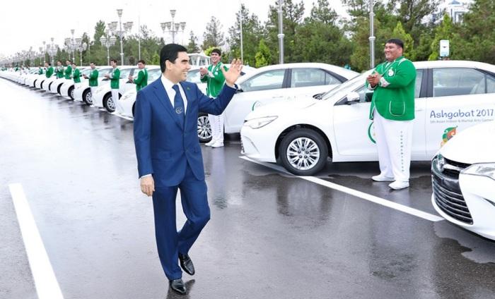 Ввоз темных автомобилей в страну запрещен из-за антипатии главы государства к черному и близким цветам / Фото: turkmenportal.com