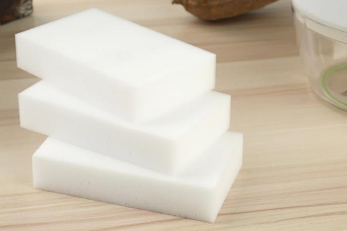 Губки меламиновые, которые тоже можно приобрести без проблем, пластик, да и не только его, чистят идеально / Фото: design-homes.ru
