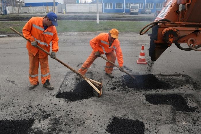 В отличие от бетонной, на асфальтовой дороге можно провести ямочный ремонт / Фото: zr.ru