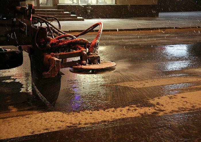 В зимний период для обработки бетонки требуются специальные реагенты, которые на порядок дороже / Фото: twitter.com