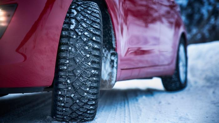Влияние шипов на зимней резине автомобилей на бетонку до конца не изучено / Фото: hot-odds.ru