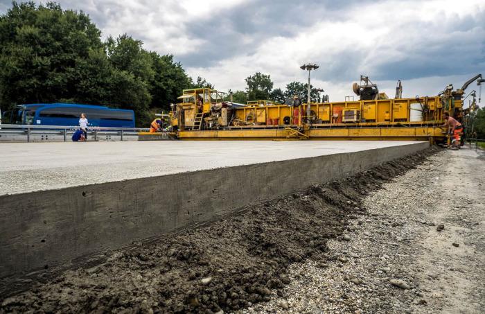 Ремонт бетонного покрытия более дорогостоящий / Фото: aerodorstroy.ru