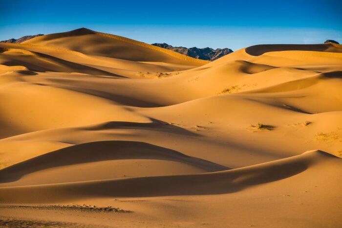 Южную часть страны занимает большая пустыня Гоби / Фото: mzunguexpeditions.com