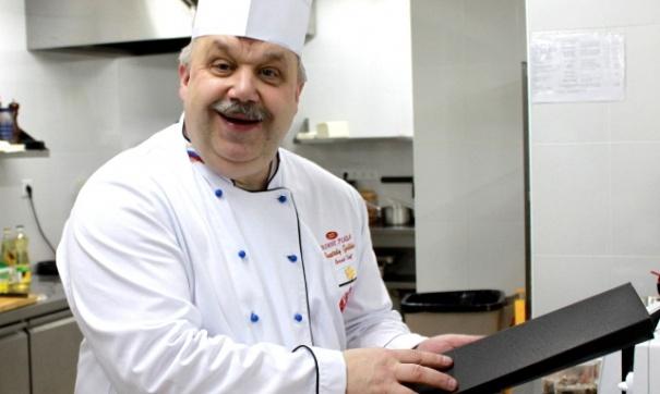 Шеф-повар Анатолий Галкин готовит борщ с зажаркой / Фото: fedpress.ru