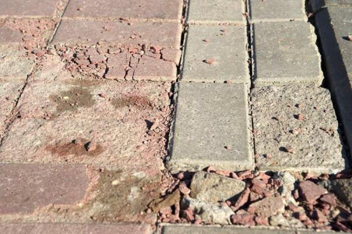 Без специальной защиты на тротуарной плитке быстро появляются высолы, сколы и трещины, пигмент становится тусклым / Фото: 123ru.net