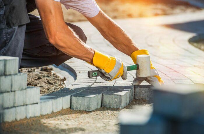 Многие думают, что если укладкой плитки будут заниматься плиточники-профессионалы, то проблем не будет, и они ошибаются / Фото: pleasantonconcretemasonry.com