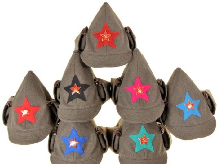Нашитые на суконном шлеме звезды должны были отличаться по цвету в зависимости от того, какой род войск / Фото: wwii.space