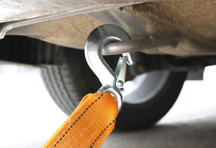 Карабин предназначен для фиксации автомобиля во время буксировки / Фото: alimasha.ru
