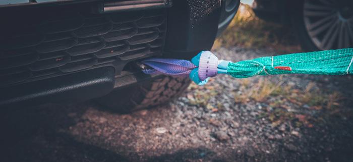 Многие автолюбители срезают карабины для предупреждения ситуаций, когда лопнувший металл на высокой скорости нанесет вред / Фото: drive2.ru