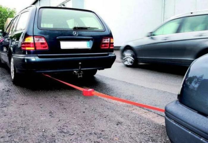 В процессе буксировки карабин может лопнуть и повредить транспортное средство или травмировать людей / Фото: yandex.ru