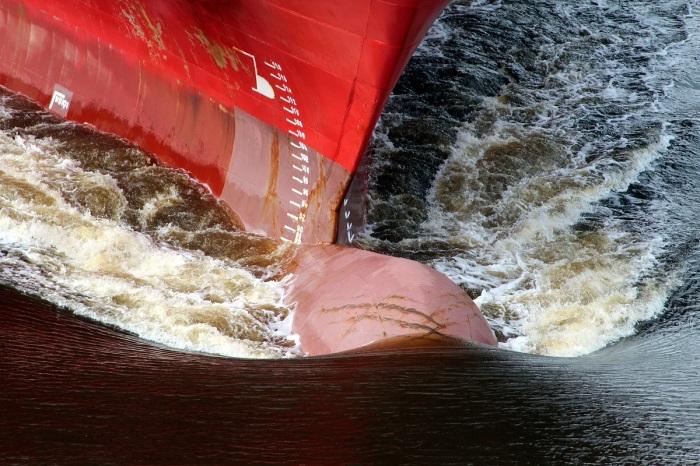 Бульб рассекает волны, тем самым увеличивая скорость корабля / Фото: pxhere.com