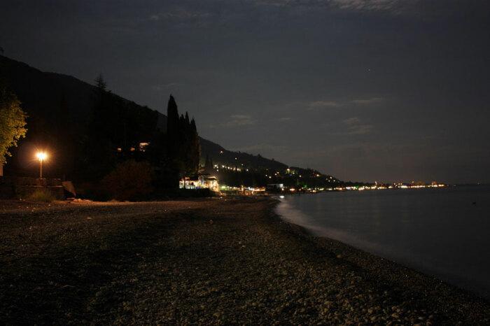Такая процедура выполняется в целях безопасности отдыхающих, которые гуляют по пляжу ночью / Фото: firstep.ru