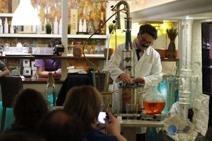 Существуют клубы, специальные объединения изготовителей крепкого алкоголя / Фото: serh.livejournal.com