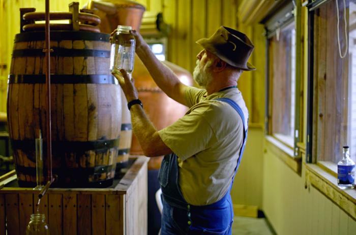 Практически в каждом государстве человек, желающий заняться производством крепкого алкоголя, может зарегистрироваться, уплатить невысокий налог и приняться за дело / Фото: wideopencountry.com