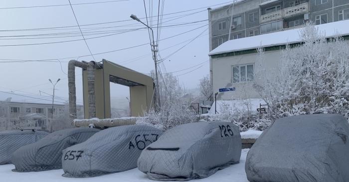 Многие автовладельцы пишут на накидке номер, чтобы быстрее найти машину на стоянке и уберечь чехол от желающих его прикарманить / Фото: pikabu.ru