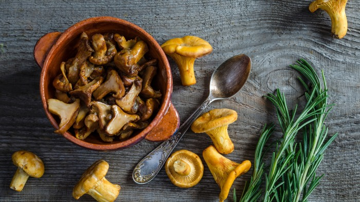 После такой несложной процедуры грибы будут практически в идеальном состоянии и можно готовить их по рецепту / Фото: kontakt-keramika.ru