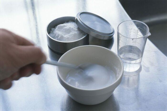 Смешать необходимо соду с водой до консистенции однородной кашицы / Фото: ebestpicks.com