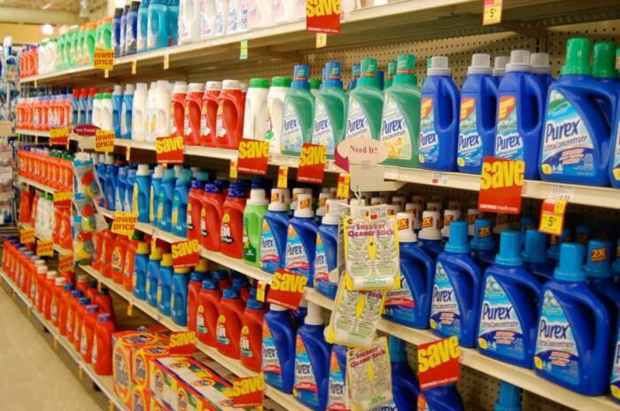 Сегодня в эффективных средствах для чистки ковров недостатка нет / Фото: поради.pp.ua