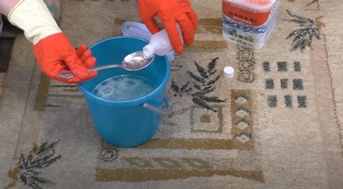 Основной компонент раствора - нашатырный спирт / Фото: youtube.com