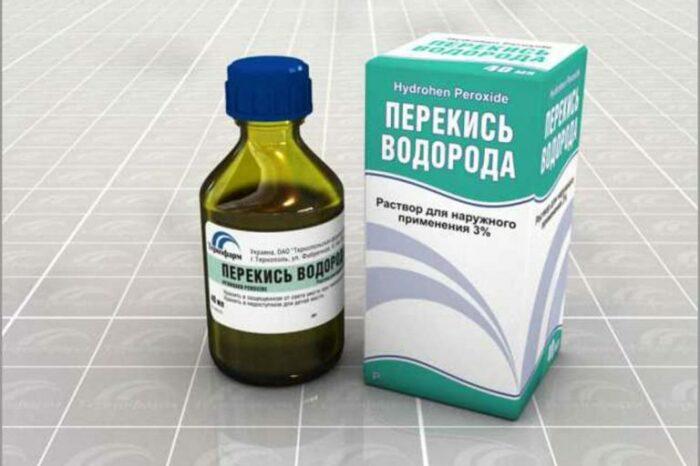 Раствор из перекиси водорода и нашатырного спирта не менее эффективно справляется с загрязнениями на куртке / Фото: cleanadvice.ru
