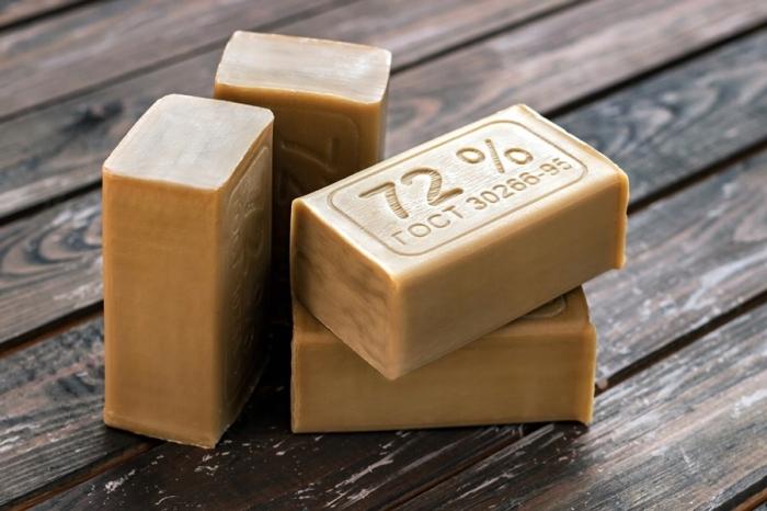 Для очитски ручек понадобится мыльный раствор, приготовленный на основе хозяйственного мыла / Фото: peter-vanich.livejournal.com