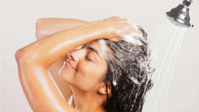 При регулярном применении средств для укладки волос голову следует мыть дважды / Фото: beautyhairexpert.com