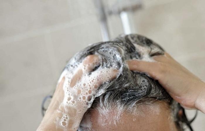 Не следует царапать ногтями кожу головы во время мытья, чтобы не травмировать ее / Фото: lifepodium.ru