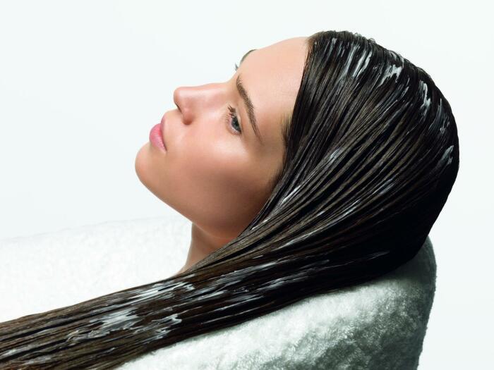 Кондиционер не рекомендуется наносить на корни, так волосы будут быстрее засаливаться / Фото: mamaplus.md