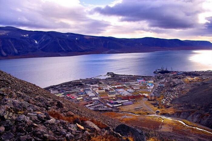 Поселок Эгвекинот расположен между сопками и бухтой, считаясь по праву одним из самых привлекательных мест / Фото: phys.wiki-wiki.ru