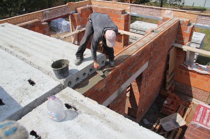 При невозможности соблюдения минимальных показателей опирания строители используют деревянную рейку вместо арматуры / Фото: sdelaipotolok.com