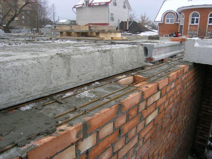 Использование арматуры при укладке перекрытия обусловлено неравномерным проседанием цементного раствора / Фото: kapital62.ru