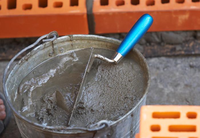 Раствор на основе песка и цемента дает усадку при высыхании / Фото: dompelican.ru