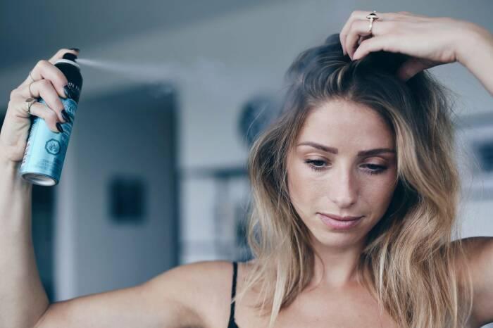 Дезодорант следует наносить на волосы строго в ограниченном количестве / Фото: all-for-woman.com
