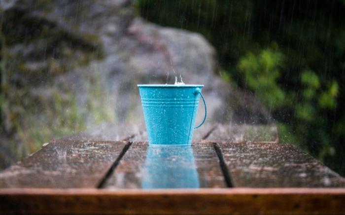 Если дождевая вода стекает в небольшую емкость, то никто этого не заметит, в случае с бассейном или прудом проблем не избежать / Фото: oko-planet.su