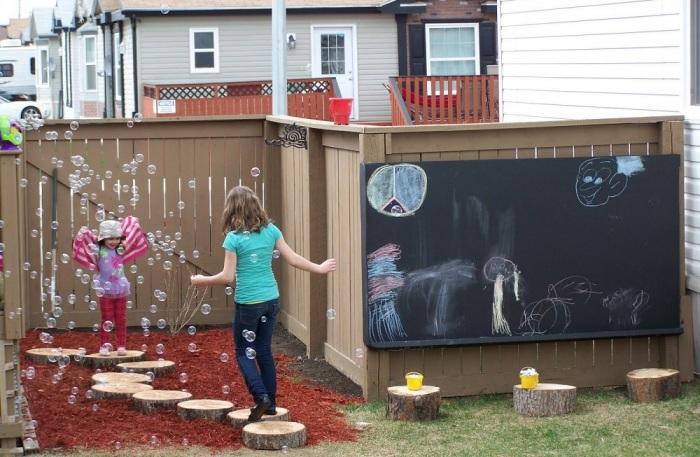 Забор на заднем дворе нужен, чтобы дети не ушли за пределы придомовой территории / Фото: pinterest.se